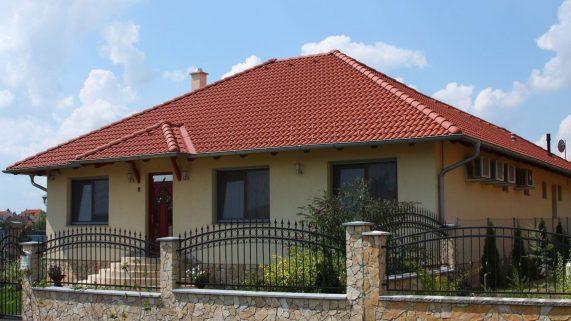 Strecha s betónovou strešnou krytinou Terran Danubia INOVA Tehlovočervená