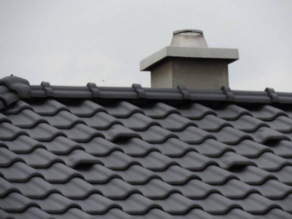 Keramická strešná krytina Röben monza plus antracitová engoba - realizácia strechy - komín