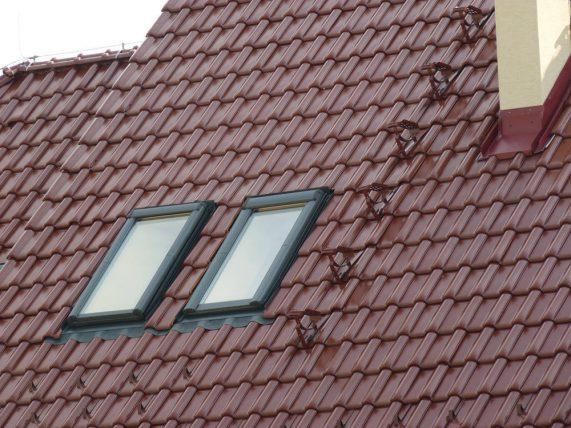 Keramická strešná krytina Röben monza plus gaštanová glazúra - realizácia strechy - detail strešné okná