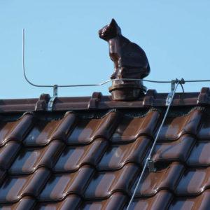 Keramická strešná krytina Röben monza plus maduro - realizácia strechy - okrasný prvok mačka