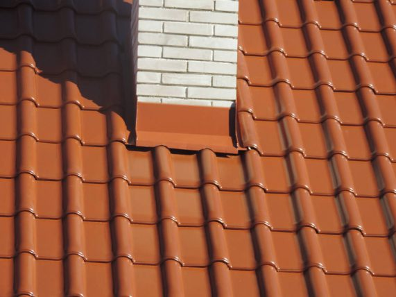 Keramická strešná krytina Röben monza plus medená engoba - realizácia strechy oplechovanie komína