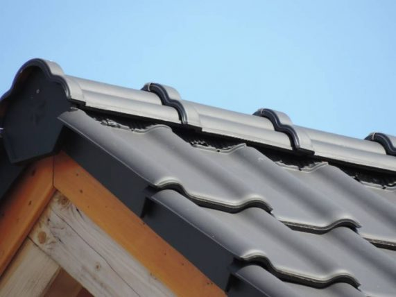 Detail strechy s keramickou škridlou Röben Piemont Antracit