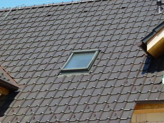 Keramická strešná krytina Röben piemont hnedá engoba - realizácia strechy detail strešné okno