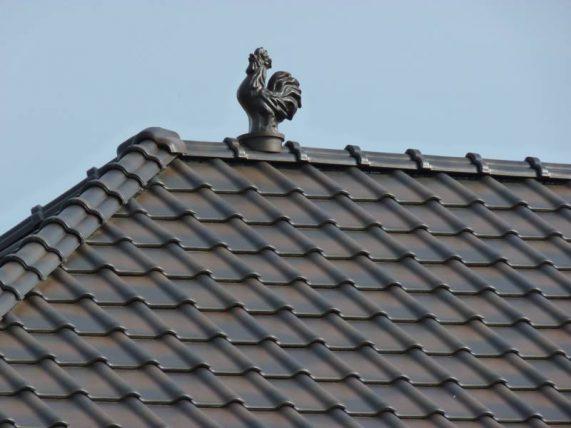 Detail strechy s keramickou škridlou Röben Piemont a s okrasným prvkom
