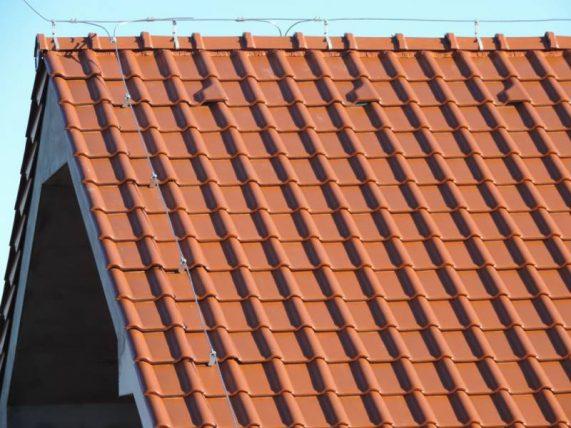 Detail strechy s keramickou škridlou Röben Piemont Medená engoba