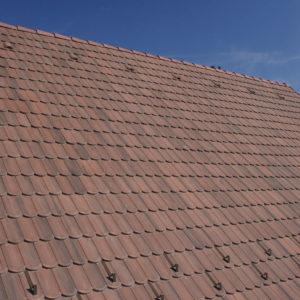 Betónová škridla Terran Rundo antická červená realizácia strechy detail