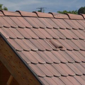 Betónová škridla Terran Rundo antická červená realizácia strechy detail - hrebeň strechy