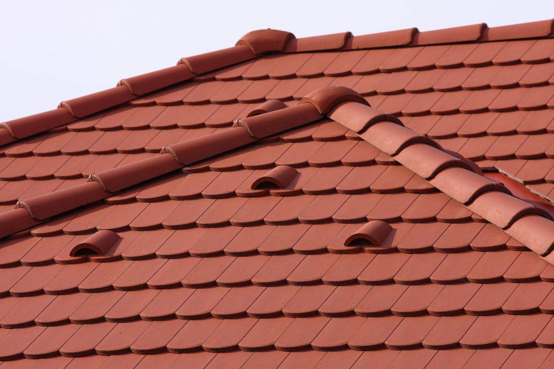 Betónová škridla Terran Rundo tehlová realizácia strechy detail
