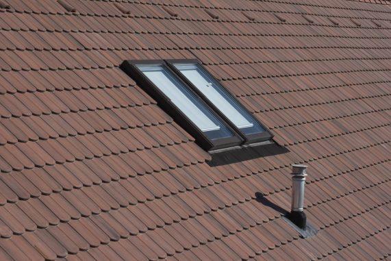 Detail strechy s betónovou strešnou krytinou Terran Rundo. Strešné okná a strešné odvetranie
