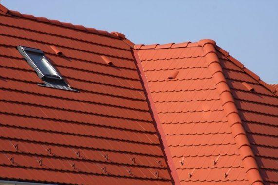 Detail strechy s betónovou strešnou krytinou Terran Rundo Tehlovočervená