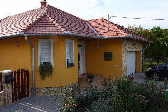 Dom so strechou Terran Rundo INOVA Tehlovočervená